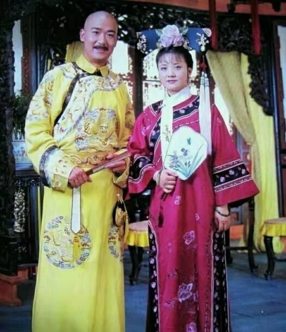 张国立夫妇现身,结婚多年依旧恩爱,老乡送礼两人还鞠躬致谢!