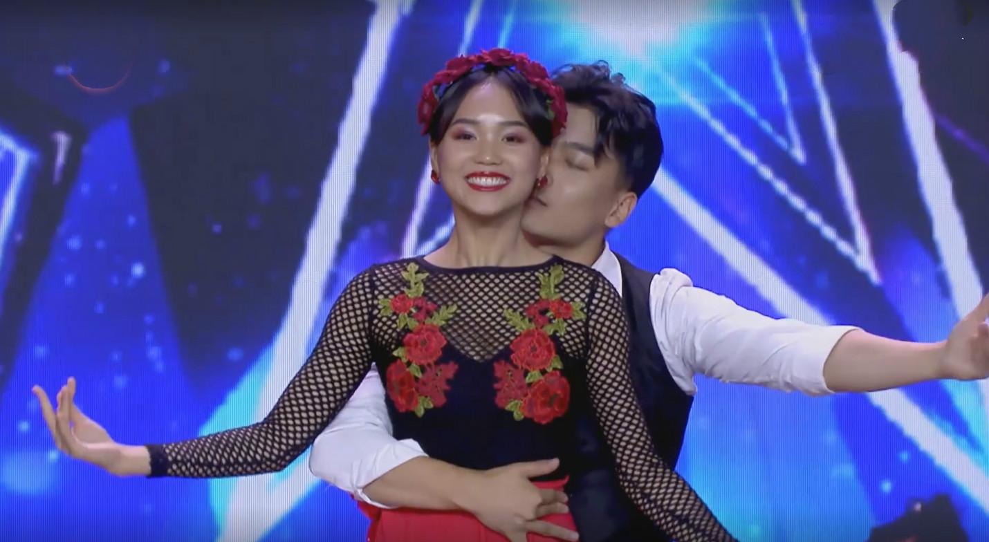 《中国达人秀》再惹争议,舞蹈扔衣服,贴身热吻,当众秀恩爱好吗
