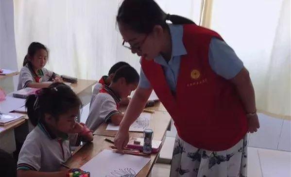 课上,老师晴于晴带领学生们画了美丽的向日葵,别有情趣.情趣用品京东发货v老师图片