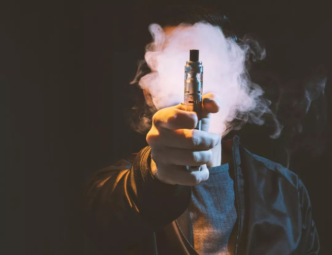 电子烟频繁引发事故,老外为了戒开始抽烟了……