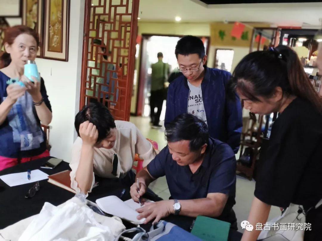 每位来上课的学员都带来了自己的一份或几份作业,积极让刘老师点评
