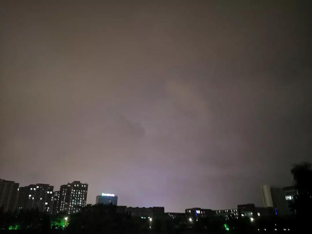 别有一番风味 下雨时的天空 像是被过滤了一切杂色 又像是一道明媚的