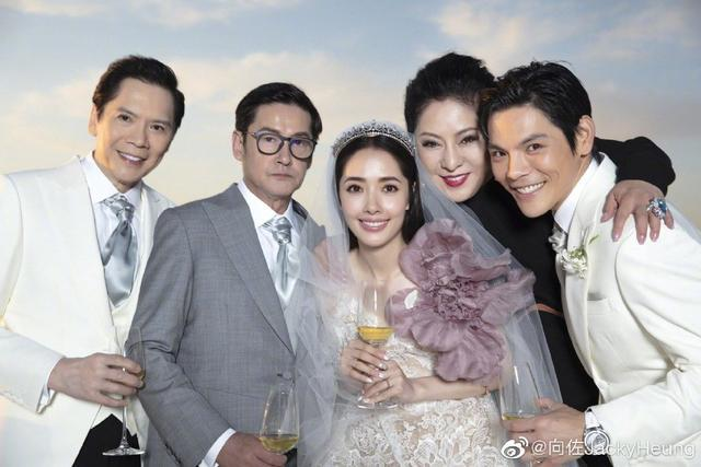 婚礼现场排斥亲亲,聊孩子转移话题,可郭碧婷在冯绍峰前笑得很痴