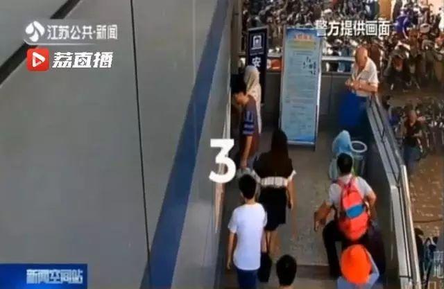 江苏南京:男子偷拍女性裙底,被便衣缉拿后