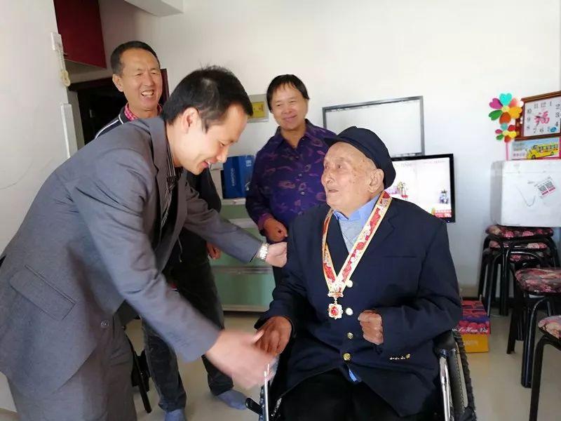 """【关注】西安区两位教师获颁""""庆祝中华人民共和国成立70周年""""纪念章"""