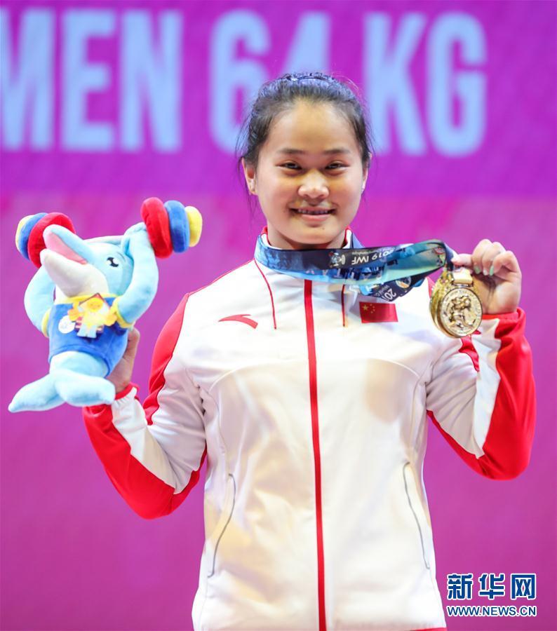 举重世锦赛女子64公斤级:中国选手邓薇夺金