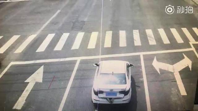 轿车后备箱伸出一双脚 交警拦下打开一看惊呆了