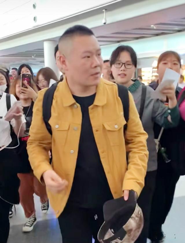 岳云鹏现身机场,偶遇外国游客,小岳岳秀了一把英语
