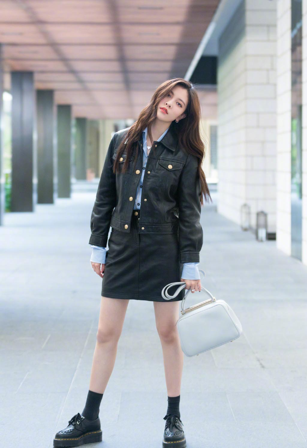 宋妍霏皮衣酷拍照,穿皮衣的CC还是很帅的,不过包是真不错了