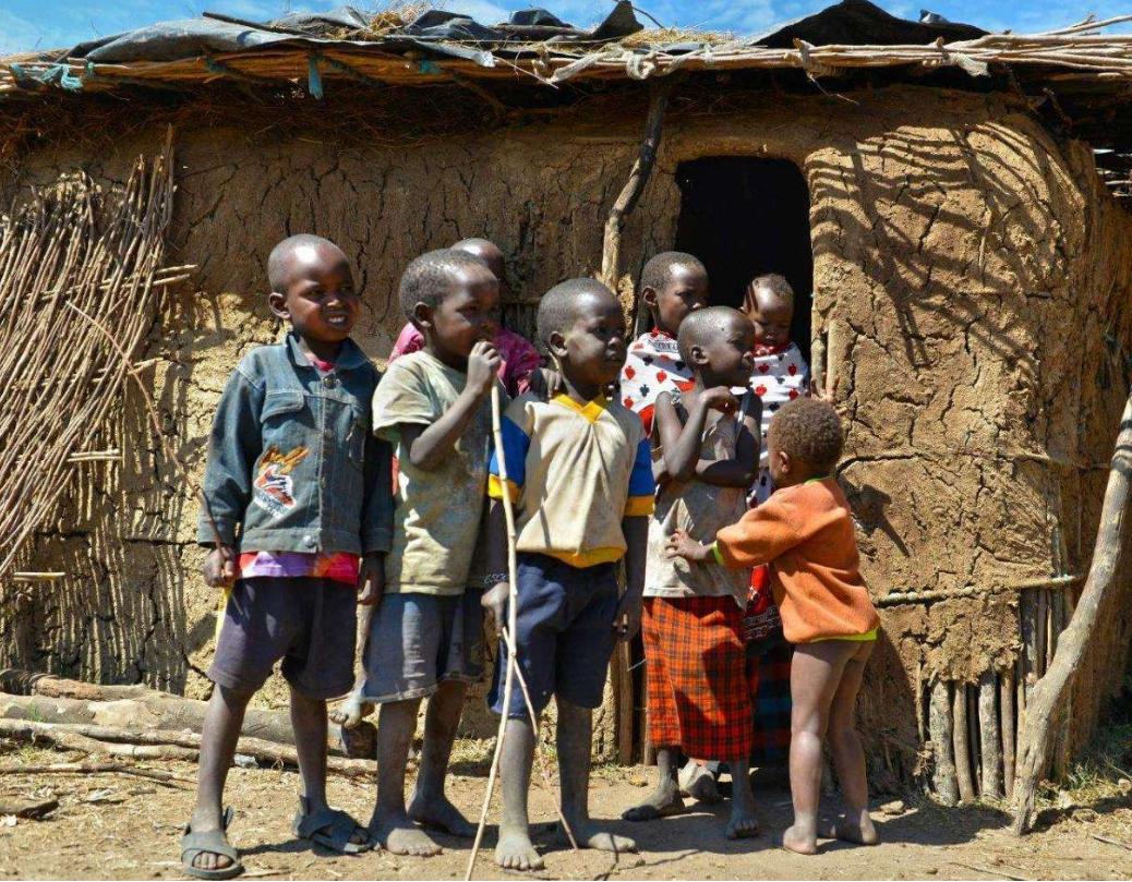 肯尼亚单亲妈妈煮石头汤哄孩子_青年创业网