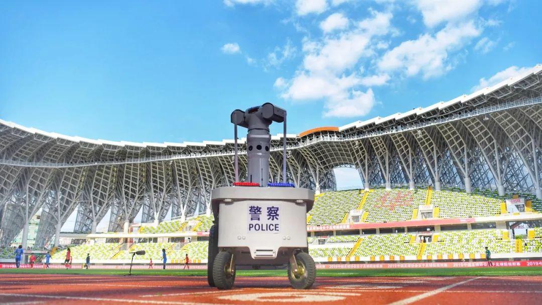 厉害!梅州首台警用巡逻机器人在五华上岗执勤