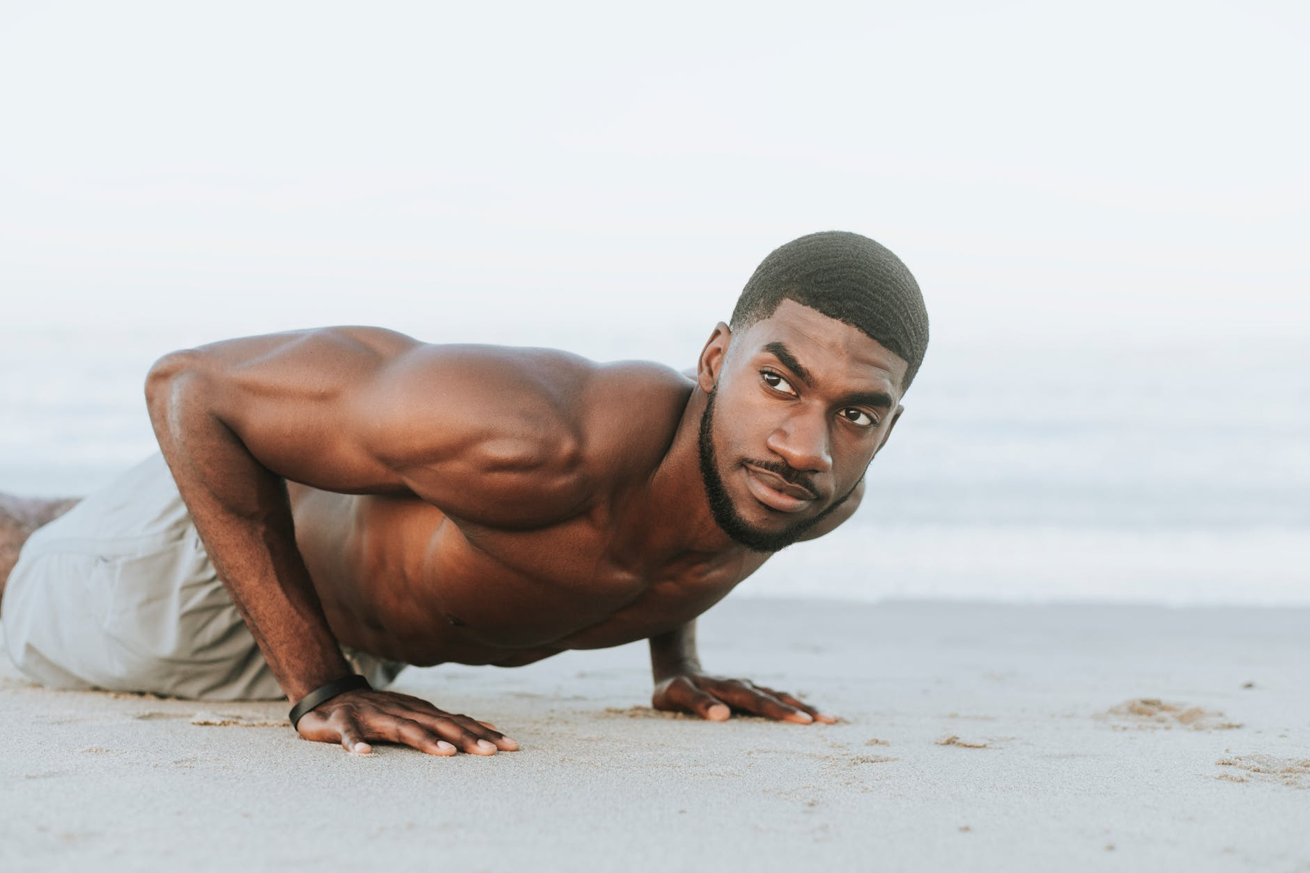 四五十歲中年男人每天該做多少個俯臥撐?找對訓練方式先! ?