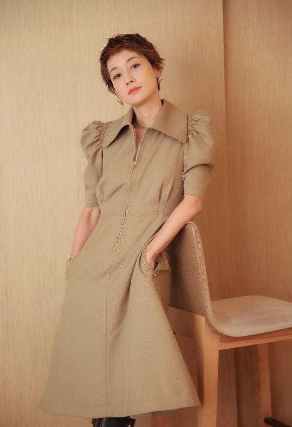 马伊琍最新写真,身穿休闲版型连衣裙,身材好气质佳展现成熟魅力