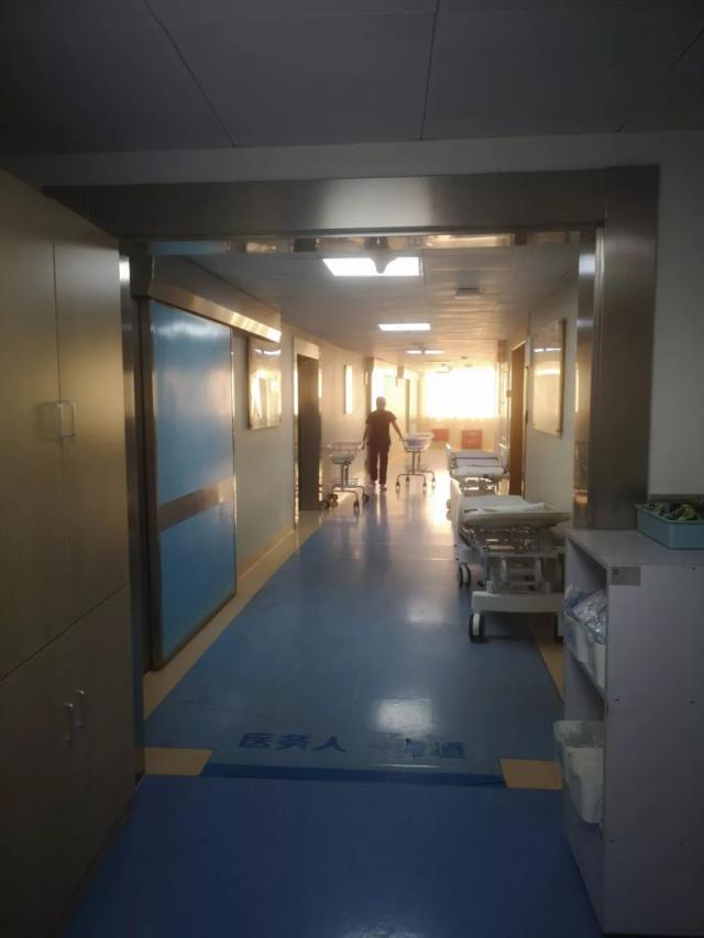 为了选定好时辰,产妇拒绝手术,肚里胎儿快窒息,靠摄像机救了命