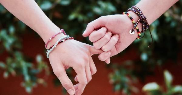 悦心塔罗:当十二星座主动牵你的手,不只是喜欢背后有这3种含义