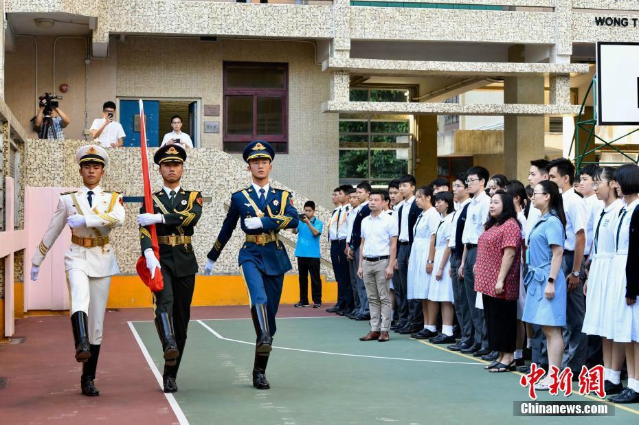 解放军驻香港部队仪仗队为香港培侨中学举行升旗礼