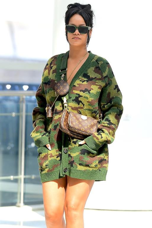 蕾哈娜孤身逛街,迷彩衫显气场,31岁仍单身还在等谁?