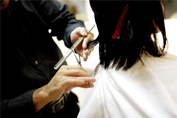 平相居士:梦见头发被剪了有什么寓意?