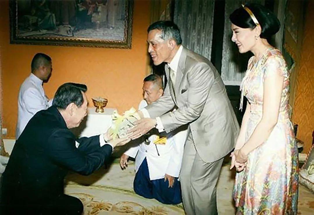 <b>泰国王妃比国王会做人!西拉米跪地上和老人聊天,尊敬长者受称赞</b>