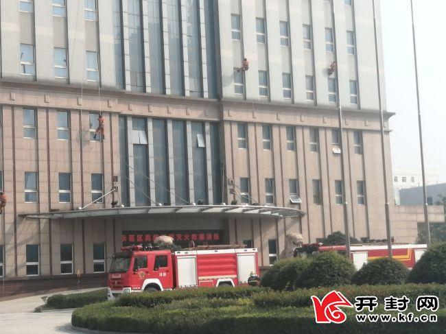 <b>开封市组织开展高层建筑灭火救援演练活动</b>