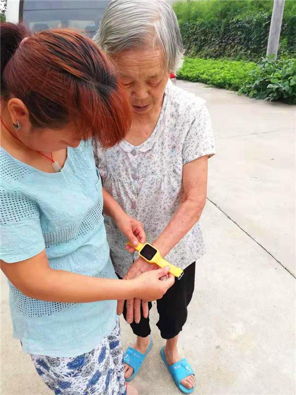 定位黄手环:老母亲出行,有你让我更放心