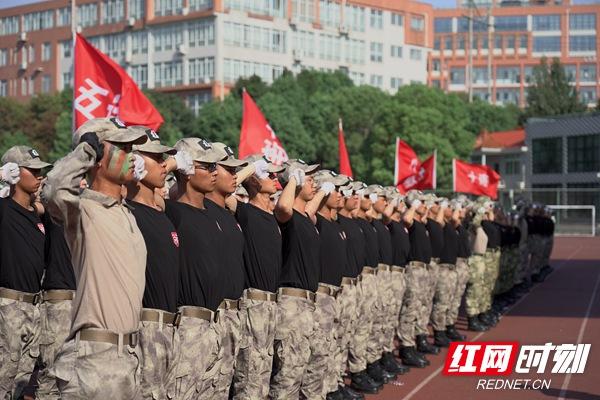 致敬,我的国!湖南信息学?#20309;?#21315;
