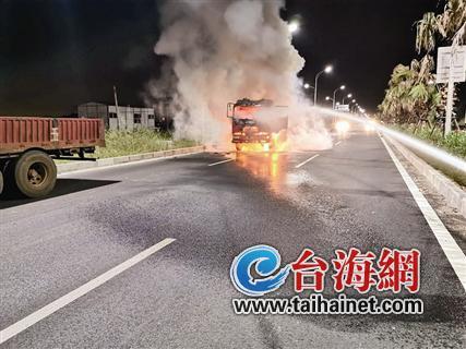 两货车发生追尾后车驾驶室起火