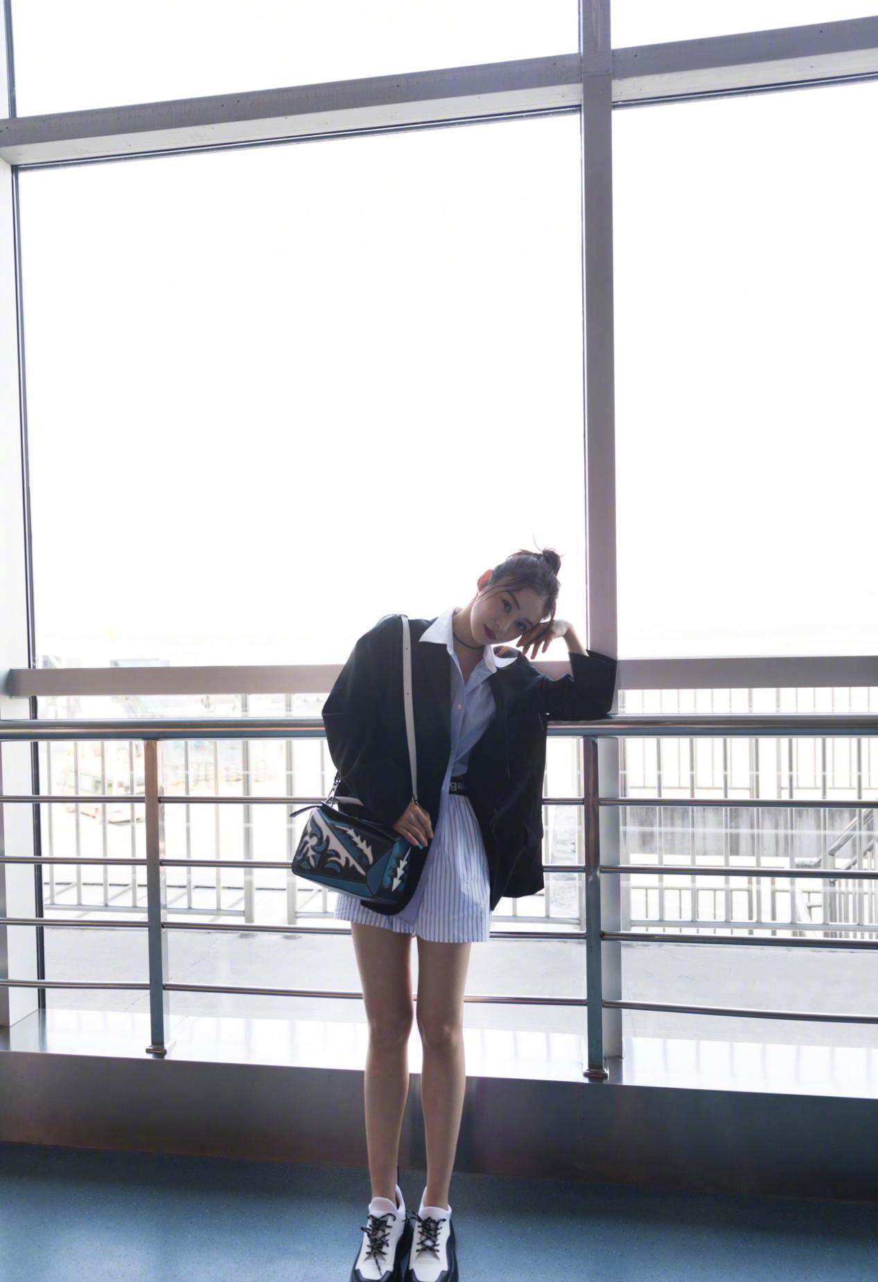 袁姗姗的日常穿搭风格太美了,条纹衬衫这么穿,气质真的是绝佳