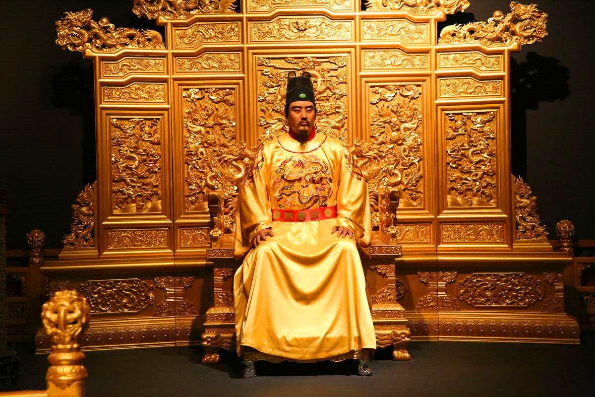 22岁皇帝御驾亲征,25万大军轻易被打败,成俘虏后敌人喜忧参半