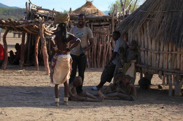 """非洲最""""原始""""部落,女孩用树叶""""遮羞"""",繁衍后代方式很是特别"""