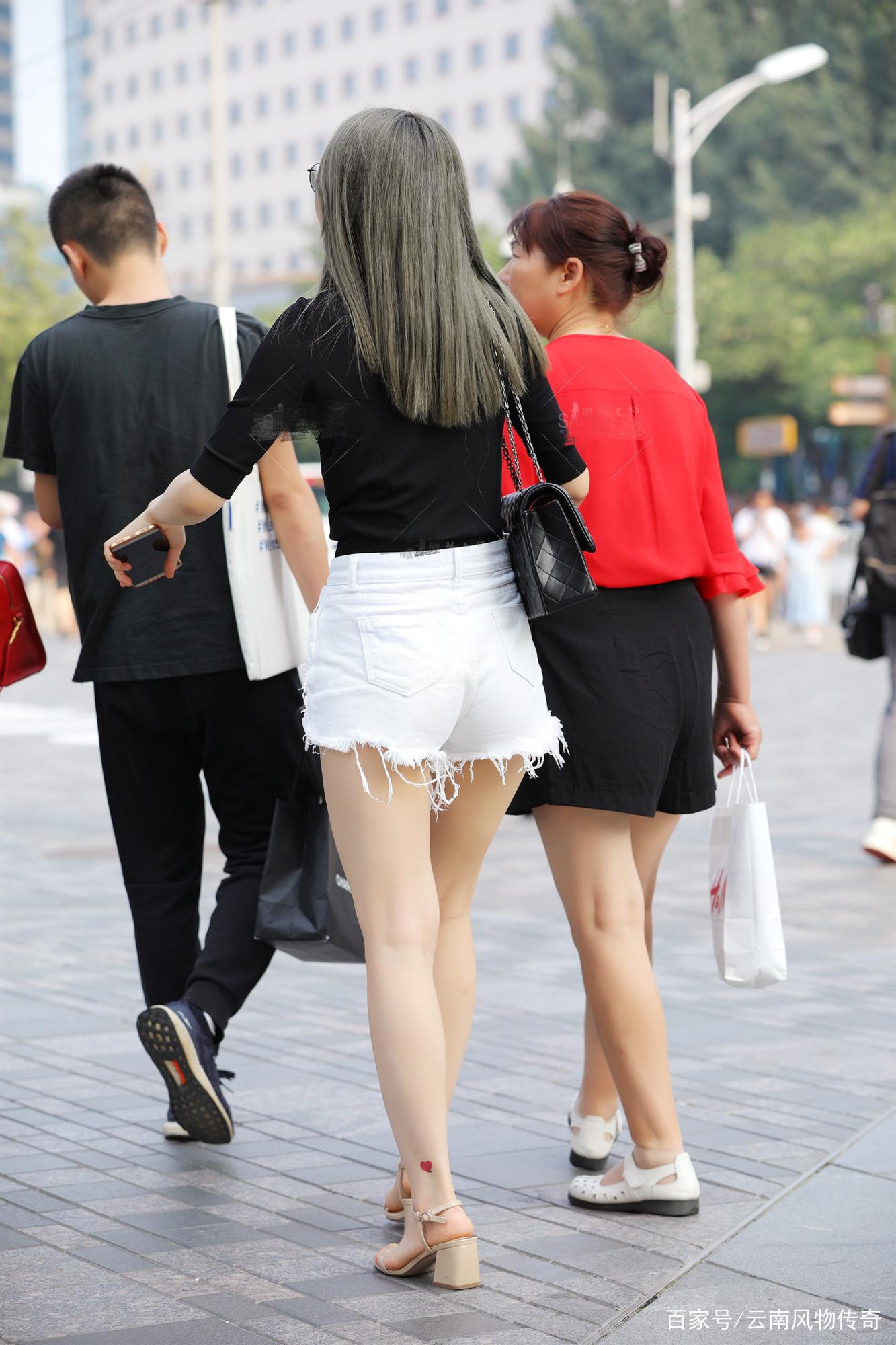 街拍:白色牛仔短裤把大长腿显露无疑,难怪是小姐姐最爱流行单品