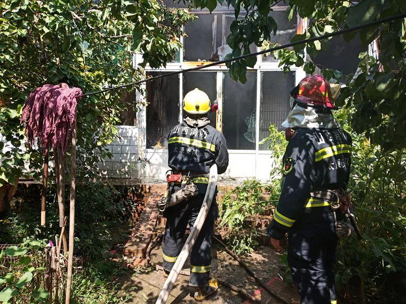 清徐:房屋着火,消防紧急扑救现场...