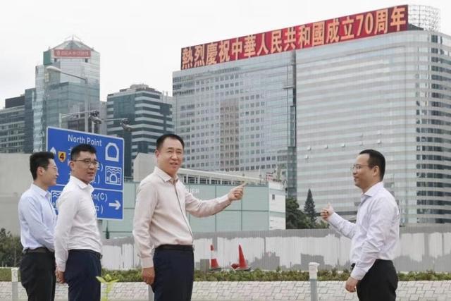 礼赞新中国!恒大香港总部大楼打出庆祝标语,许家印现场检查
