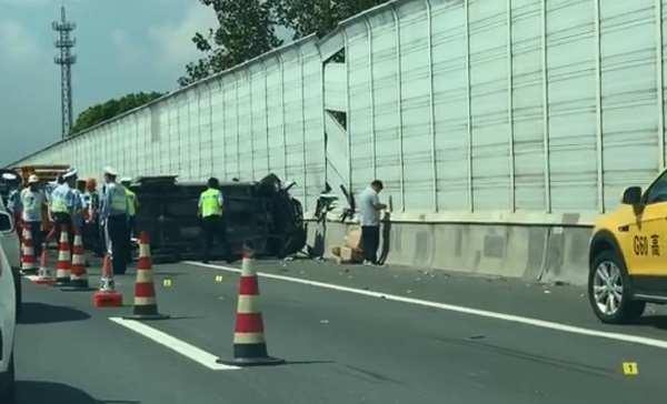 今晨松江1辆大巴G60在沪昆高速与3辆小客车相撞,2死9伤