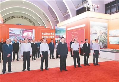 习近平参观庆祝中华人民共和国成立70周年大型成就展