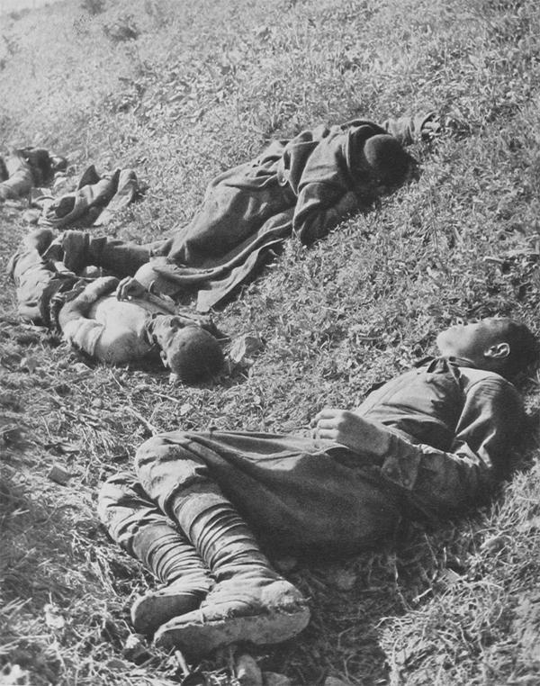 老照片:德军占领下的乌克兰,战俘一脸茫然,妇女表情复杂