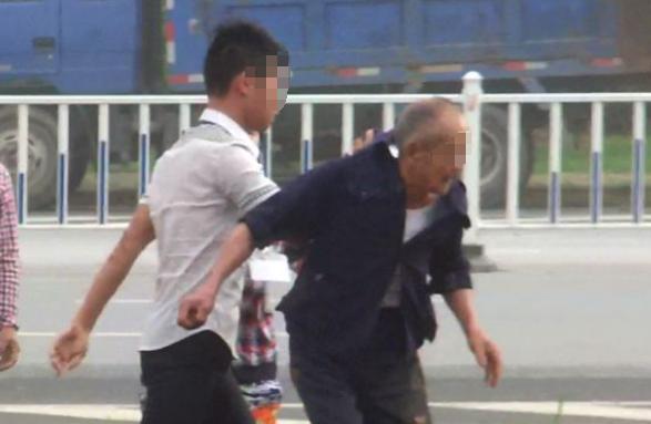 争摊位起冲突,父子围殴69岁老人,不料对方儿子和女儿女婿全来了