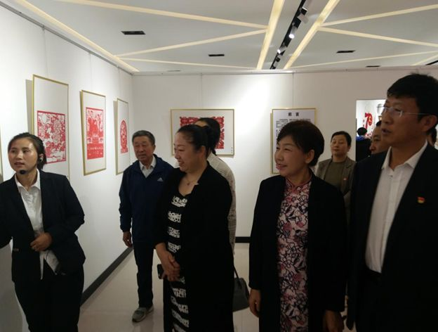 举办庆祝中华人民共和国成立70周年刀刻纸画展