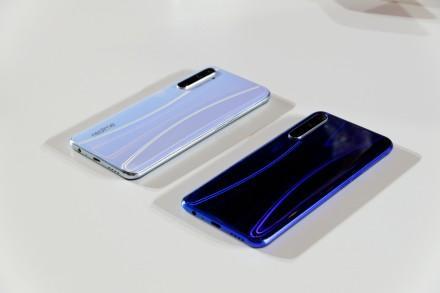 RealmeX2银翼白色和星图蓝色真机图赏对比