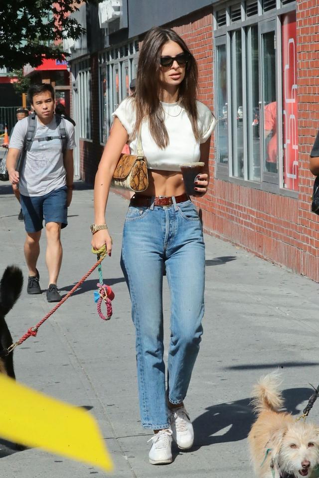 女星艾米丽·拉塔科夫斯基纽约纤美街拍,她的魅力不一般
