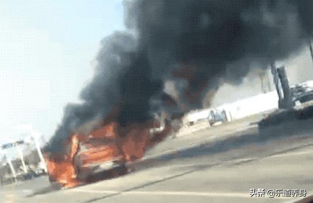 威马汽车起火,导致整车燃烧,消防出警