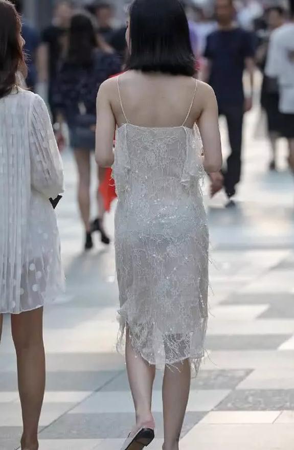 <b>美女街拍:身穿水晶裙的美女,仿佛从童话里走来</b>
