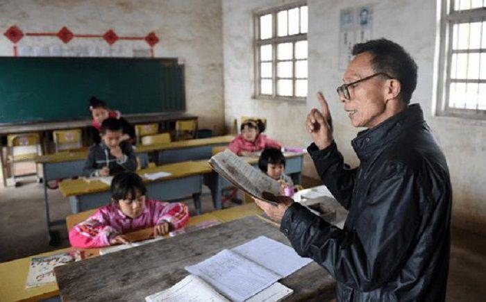 """一名中小学老师,到了多少岁应该""""减担子""""?听听一线教师的看法"""