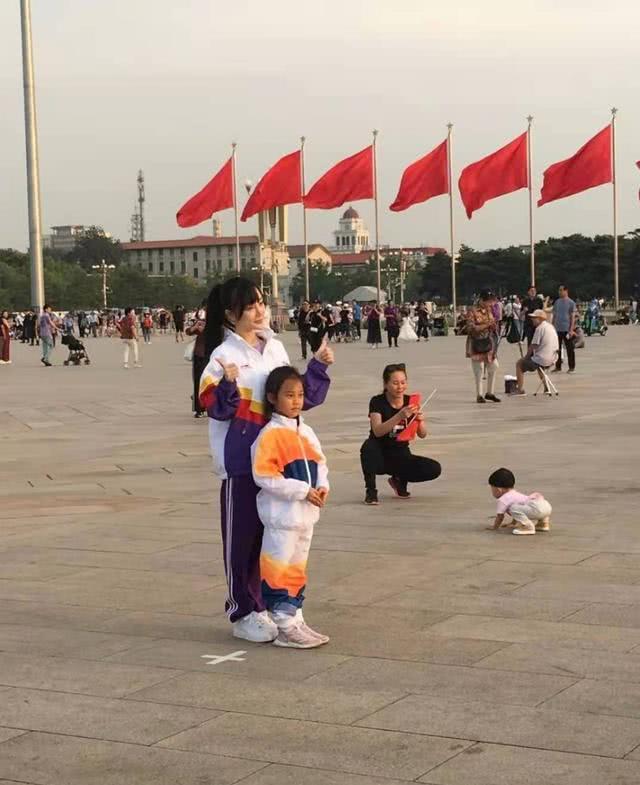李小璐带甜馨在天安门广场游玩,唯独不见贾乃亮身影,网友:无奈