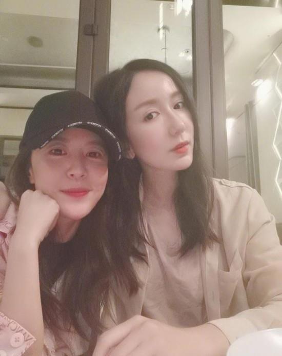 娄艺潇与李金铭合影,感谢姐妹的陪伴,网友说感觉到了爱情公寓