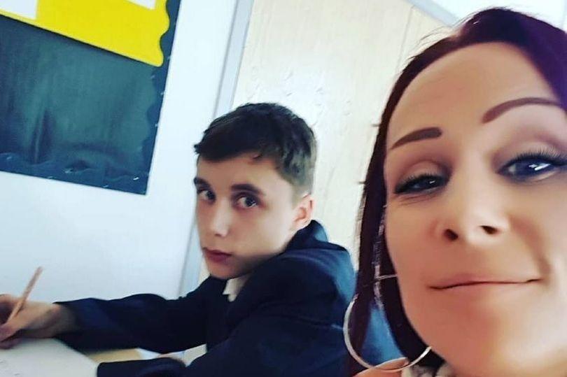 英国一妈妈因儿子对老师无礼坐在其旁边陪上课