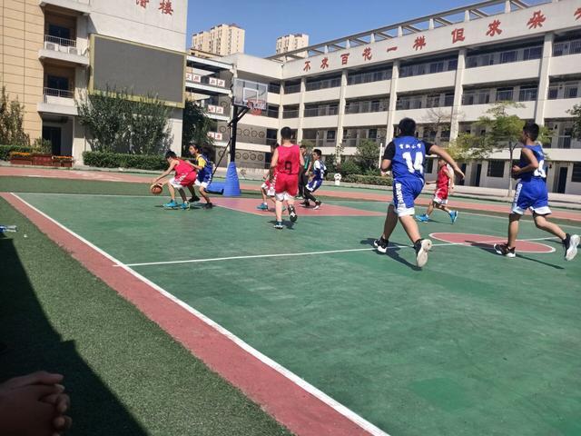 <b>喜讯:校园篮球赛事紧,凯旋归来话辉煌——阜南七小篮球代表队</b>