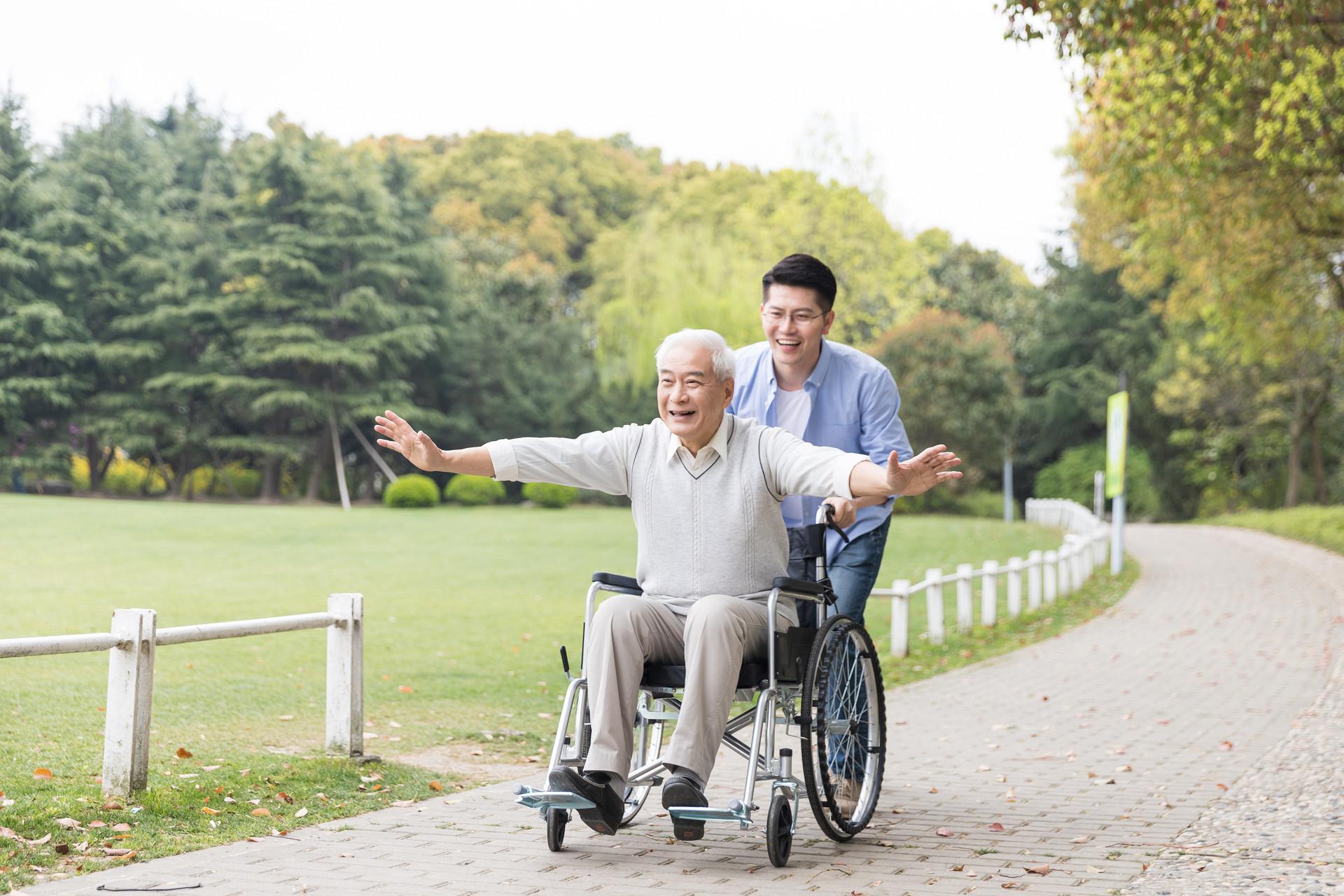 家里有老人的不用愁了,3年后200万名养老护理员可上岗!长护险也将扩大试点