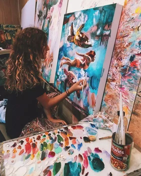 <b>画画的女生,一举一动都很美!</b>