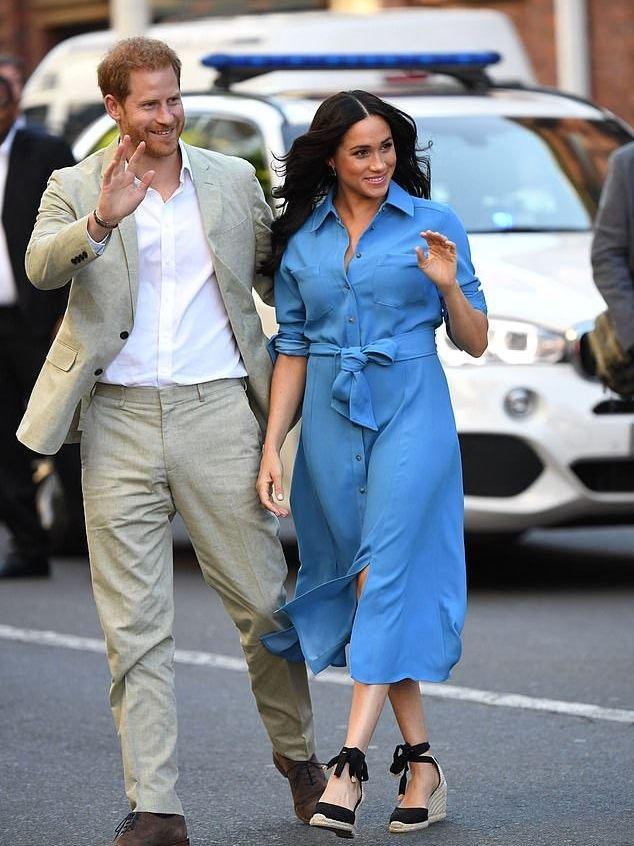 梅根当妈后太节省!二穿这条4千6蓝裙也惊艳,腰粗两圈没了少女感